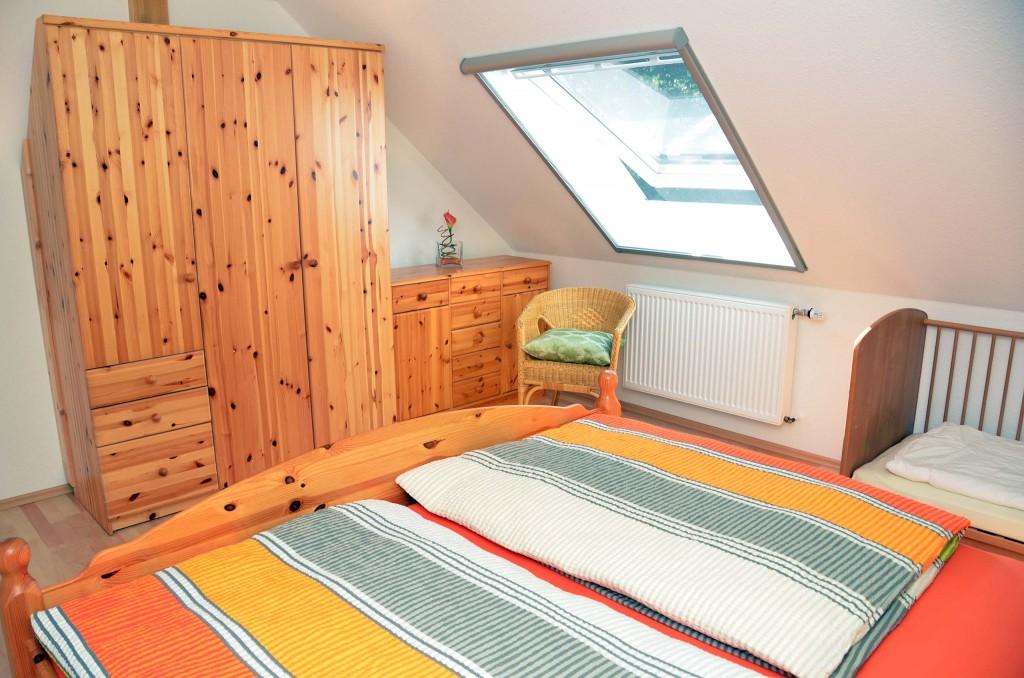 Schlafzimmer mit vielen Staumöglichgkeiten